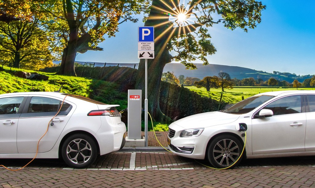 What is the difference between an electric car and a plug-in hybrid car, and what are the benefits and downsides of each one? (Image:  pixabay  /  CC0 1.0)